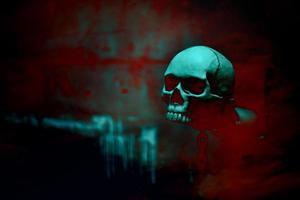 esqueleto de crânio com corrente em fundo vermelho sangue foto