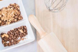 flocos de milho para assar biscoito com utensílio de cozinha para o natal foto