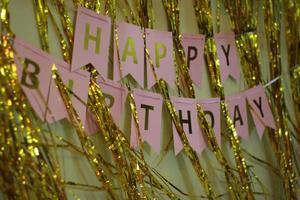 o texto de feliz aniversário em segundo plano. foto