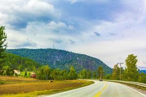 dirigindo pela Noruega no verão com montanhas e vista para o fiorde. foto