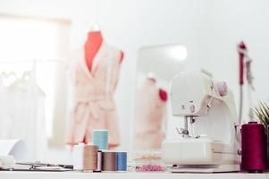 closeup de máquina de costura com estilista foto