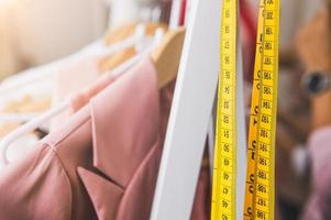 close da fita métrica e linha da moda rosa pastel foto