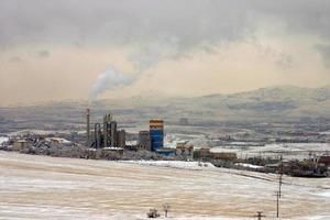 paisagem de neve, uma fábrica de cimento e zona industrial foto
