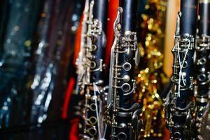 clarinetes na vitrine de uma loja de instrumentos musicais foto