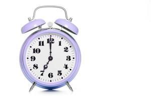 despertador clássico roxo com fundo branco foto