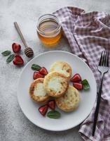 panquecas de queijo cottage, bolinhos de ricota em prato de cerâmica foto