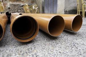 tubos de alvenaria marrom foto