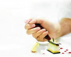 mão do chef confeiteiro com bolo de decoração foto