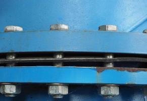 grande cano de água de aço azul com parafusos foto