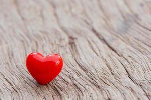 plano de fundo dia dos namorados com corações vermelhos na prancha de madeira, espaço de cópia foto