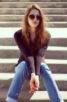 mulher de jeans sentada e descansando foto
