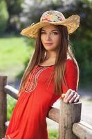 linda mulher com um chapéu de palha foto