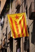 bandeira da catalunha afixada na rua da cidade foto