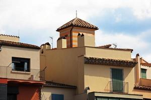 casa com telhado de telha foto