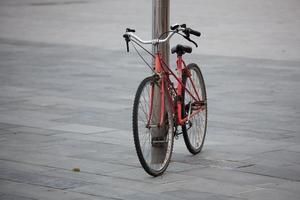 corrente de metal amarrada a bicicleta velha foto