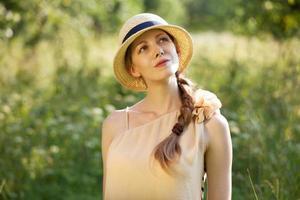 garota feliz com um chapéu de palha foto