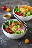 dois pratos com picada, tomate e azeite foto