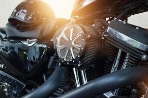 detalhe do motor da motocicleta no fundo da rua foto