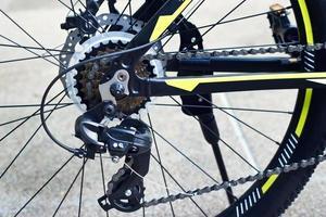 engrenagem de bicicleta e roda traseira foto