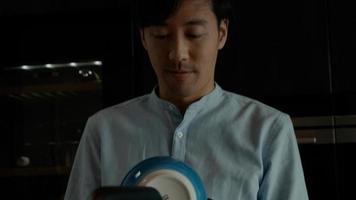homem limpa tigelas com pano de prato foto