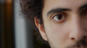 Extremo close-up da parte esquerda do rosto de um jovem homem do Oriente Médio foto