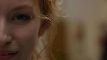 close-up do rosto da parte direita de uma jovem mulher branca que ri foto