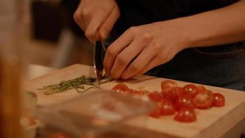mãos de mulher cortando cebolinhas foto