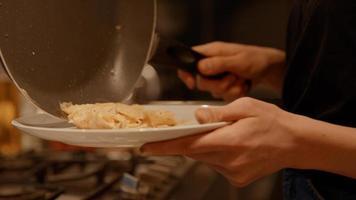 homem entregando o prato e mulher colocando ovos fritos nele foto