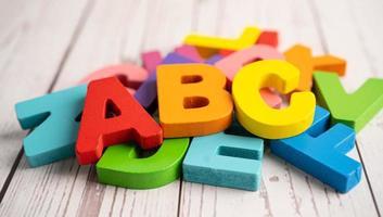 alfabeto inglês colorido de madeira para educação, escola, aprendizagem foto