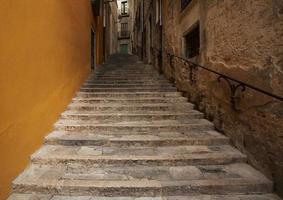 escada de pedra velha leva para cima foto