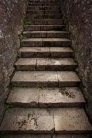 escada urbana antiga de pedra foto