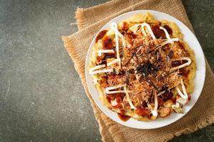 pizza tradicional japonesa que se chama okonomiyaki foto