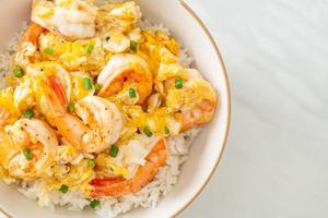 omelete cremosa com tigela de arroz de camarão foto
