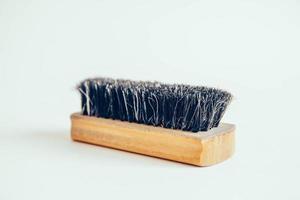 escova de madeira para roupas em um fundo branco foto