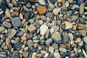 pedra colorida do rio como uma textura. vista do topo. foto