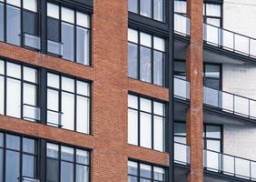 janela clara em prédio de tijolos vermelhos foto