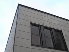 o canto inferior do prédio com janelas pretas foto