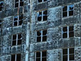 vidro de janela quebrado em um antigo prédio de pedra foto