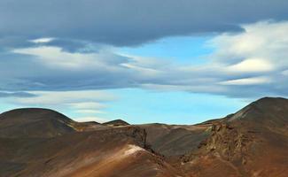 montanha de argila marrom com lindo céu foto