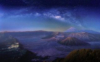 paisagem com a Via Láctea sobre o Monte Bromo foto