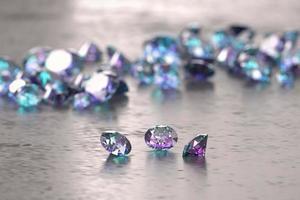 diamantes azuis e roxos colocados no fundo brilhante, ilustração 3D foto