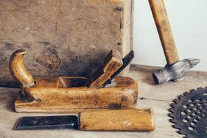 conjunto de ferramenta de carpinteiro na oficina de carpinteiro foto