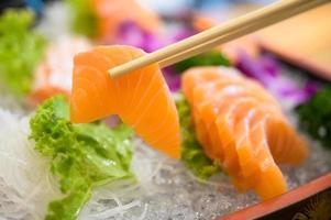 comida japonesa sashimi de salmão, peixe cru fatiado foto