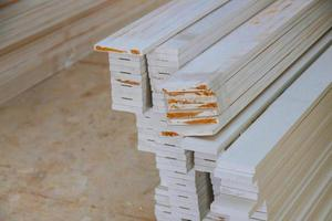 guarnição moldagem de madeira grande para material de construção. foto