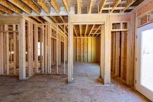 casa de madeira em construção casa interior residencial foto