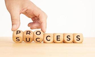mão lançando processo para palavra de sucesso em blocos de madeira. copie o espaço foto