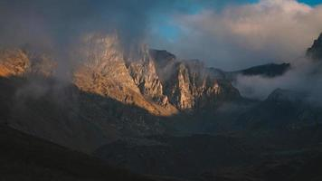 vista da montanha enevoada foto