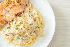 molho cremoso de espaguete branco com frango grelhado foto