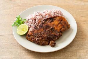 frango jerk jamaicano grelhado picante com arroz foto