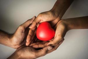Mão amiga do doador de coração para paciente com doença cardíaca foto